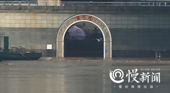 8点10分,朝天门城门被淹景象.-洪水来袭 一夜之间重庆这些地方变样图片