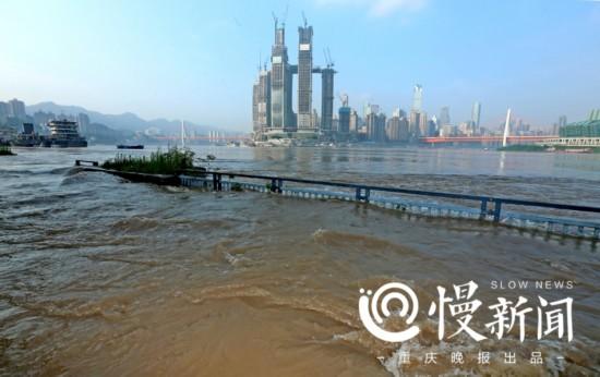 重庆朝天门-洪水来袭 一夜之间重庆这些地方变样了图片