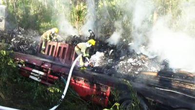 货车扬州高邮失控冲下高速 车上百辆电动车被烧毁