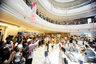 扬州志愿者商场火车站玩快闪 传唱省运会会歌