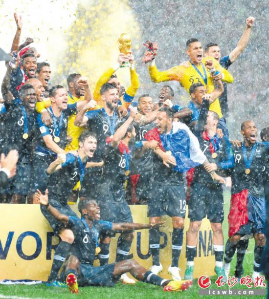 法国队在庆祝夺冠。新华社发