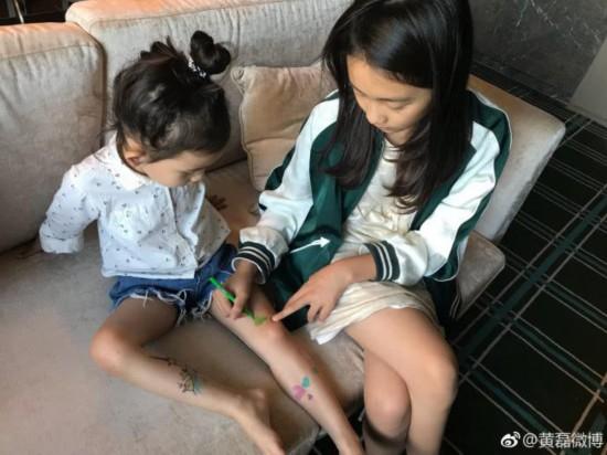 黄磊晒多多给多妹纹身合照,网友:多妹的名字太好听