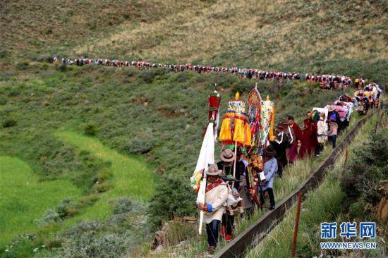 """西藏农民欢度""""望果节""""祈盼丰收"""