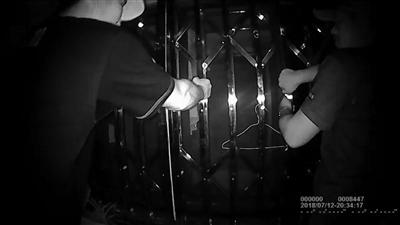 老人寻短见 泰州泰兴民警徒手掰防盗窗救人