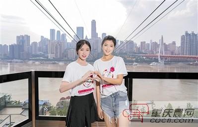 长江索道来了两位美女志愿者 为游客市民服务