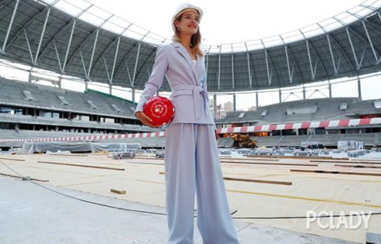 法国夺大力神杯,LV太子妃纳塔利把球场当秀场