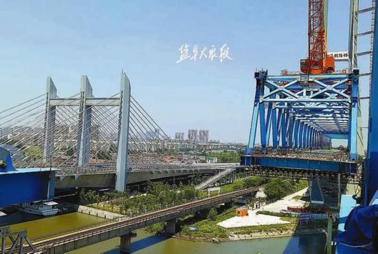 徐宿淮盐铁路跨新洋港斜拉桥南北两侧即将合龙