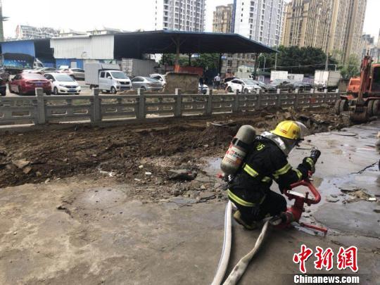 福州一工地发生燃气管道泄漏事故消防官兵紧急排险