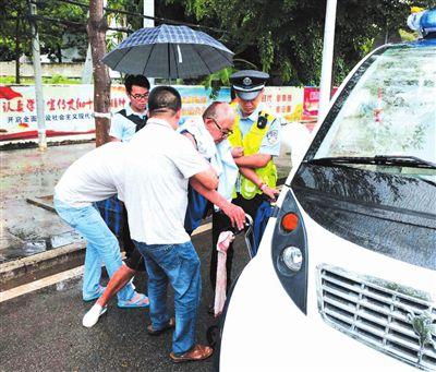 七旬老人三亚街头摔伤 警民合力救助送医
