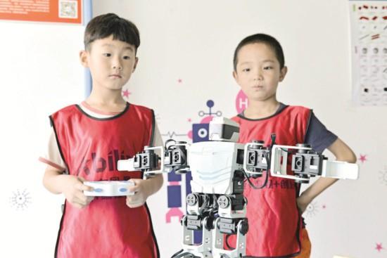淮安洪泽小朋友走进活动中心感受机器人的魅力