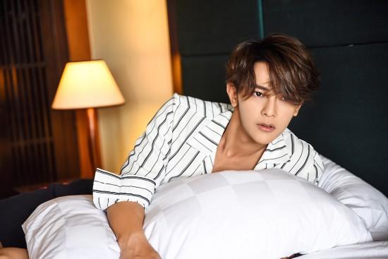 汪东城最新写真曝光 趴在白色大床上笑容撩人