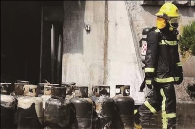 常州一排档突然起火 消防抢出15只液化气罐