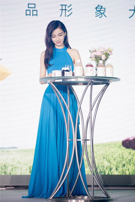 Angelababy蓝色长裙亮相 微笑间飘逸轻灵