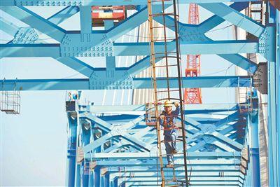 徐宿淮盐铁路建设正酣 工人冒着酷暑加紧施工