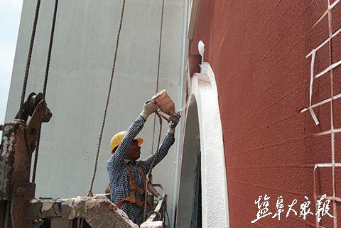 """盐城枫叶学校出现""""雪人""""?原来是喷漆工人"""