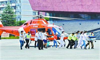 两架直升机三地接力  护送3岁烫伤女童回汉