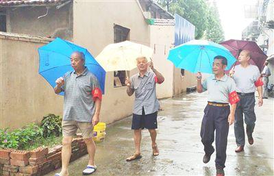 南通海门社区党员志愿者雨中查看台风险情