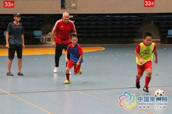 常州溧阳体育馆请来足球洋教练 曾指导球星里贝里