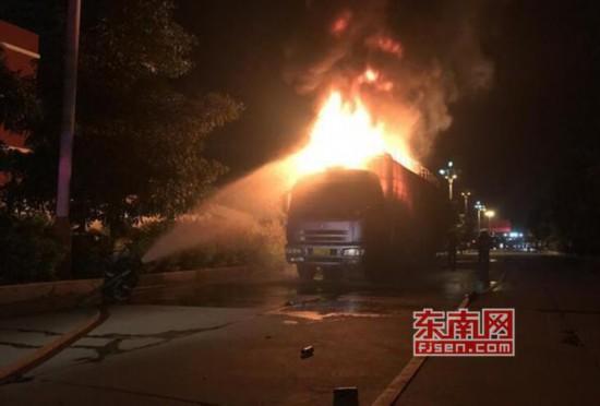 莆田仙游:载物货车突然起火 消防成功处置