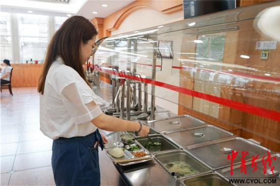 中午,她和被审计单位工作人员一起,在员工食堂吃饭.