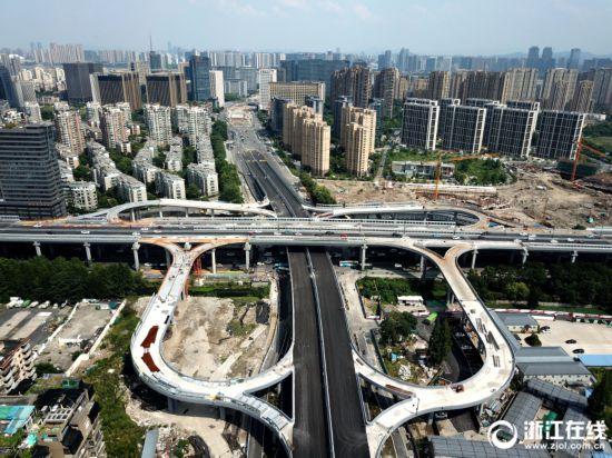 杭州:望秋立交匝道合龙