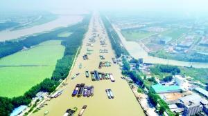 淮安洪泽湖近千艘船舶排队过闸 场面壮观