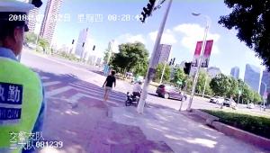淮安一男子将共享电单车骑上人行道被罚