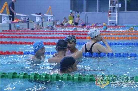 持续高温 常州游泳馆高峰时段能排出5米长队