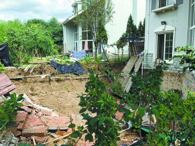 别墅旁挖大坑 雨后滑坡吓人