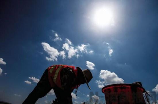 高温下的劳动者:海漂垃圾清理队 他的夏天炭黑色
