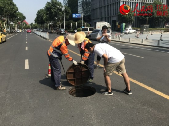 直击南京污水管网移交 高温下逐井检测整改