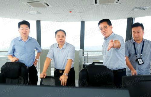 7月26日,蒋辅义(中)走进云龙机场塔台,督导新机场迁建工程项目建设工作