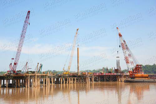 长江六桥建设工地上,工人们顶着烈日工作(川江都市报记者 曾刚 摄)