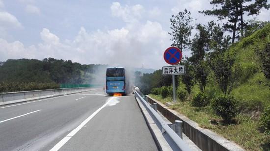 惊险!满载35人客车高速路上自燃 事发沙厦高速