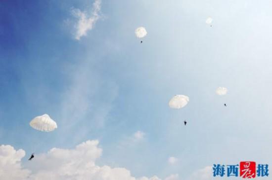 组图:特战女兵上天伞降下海操艇陆上百步穿杨
