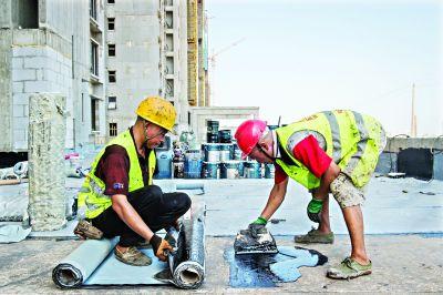 探访高温下军运会场馆建设者 冒着酷暑将涂料加热到300℃