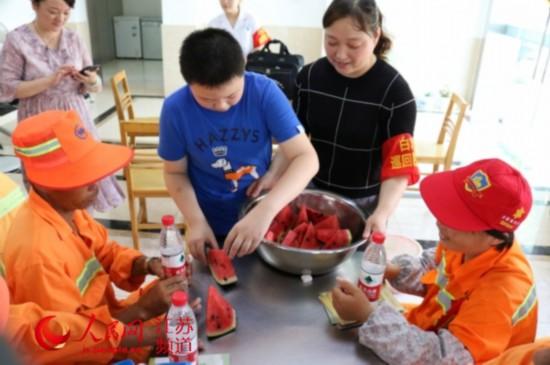 暖心!南京一小学生买西瓜慰问环卫工