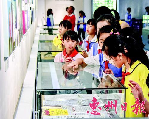 学生们参观葛洪博物馆。