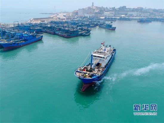 福建部分渔船开渔出海