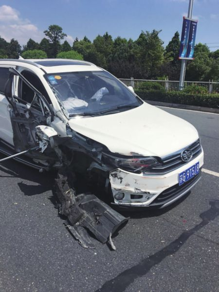 苏州男子疲劳驾驶撞上停着的货车 脖子被割伤
