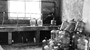 南京居民区内建无证纯净水厂消毒检验设备都没有