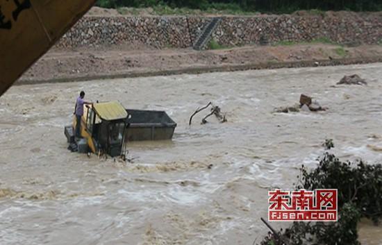 永春:突降暴雨工人被困激流 消防泅渡急救援
