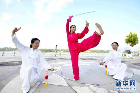 #(新华视界)(1)盛夏时节健身热