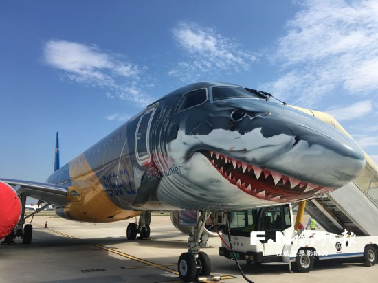 """福航引进国内首架E190-E2支线客机 """"大鲨鱼""""游进福州机场"""