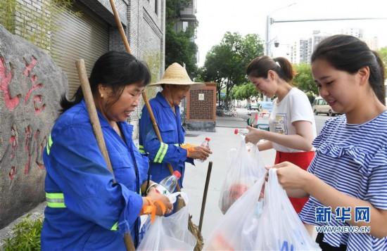 福州:酷暑中为劳动者送清凉