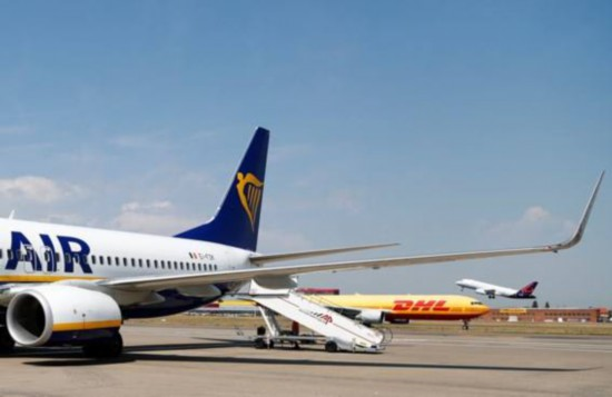 客机撞鸟引擎故障 迫降未造成人员受伤