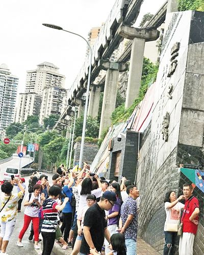 在李子坝看轻轨穿楼 站旁的浮雕墙也不要错过