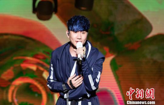 林俊杰在演唱会上激情献唱。钟欣 摄