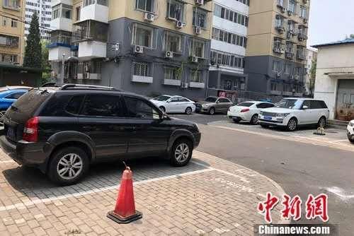 北京某小区内停在停车位或小区路边的车。<a target='_blank' data-cke-saved-href='http://www.chinanews.com/' href='http://www.chinanews.com/' ><p align=