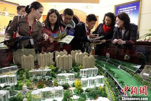 资料图:购房人在楼盘看沙盘并咨询售楼工作人员。<a target='_blank' data-cke-saved-href='http://www.chinanews.com/' href='http://www.chinanews.com/'><p align=